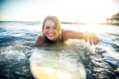 Fille en surf en voyage - Quoi faire en cas d'urgence dentaire à l'étranger?
